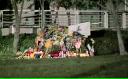 Flori şi lumânări la sediul Apple din California